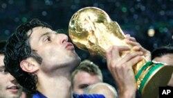 Fabio Grosso de l'Italie embrasse le trophée de la Coupe du monde après leur victoire en finale de la Coupe du Monde entre l'Italie et la France dans le Stade olympique de Berlin, le dimanche 9 Juillet 2006.