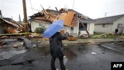 Một phụ nữ dùng điện thoại di động để chụp hình căn nhà bị hư hại sau trận lốc xoáy ở Aumsville, Oregon, ngày 2/6/2011