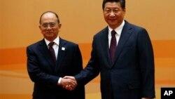 တ႐ုတ္သမၼတ Xi Jinping (ယာ) ျမန္မာသမၼတ ဦးသိန္းစိန္ (ဝဲ) တို႔ ေဘဂ်င္းမွာ ေတြ႔ဆံုၾကစဥ္။ (ႏိုဝင္ဘာ ၈၊ ၂၀၁၄)