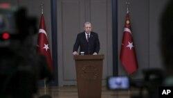 Turski predsednik Redžep Tajip Erdogan daje izjavu medijima pred odlazak iz Ankare u Francusku, 10. novembra 2018.