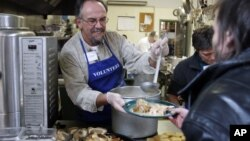В День благодарения в благотворительных столовых США добровольцы угощяют праздничным обедом малоимущих американцев (архивное фото)