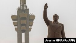 La statue du héros national congolais Patrice Emery Lumumba à Kinshasa, en RDC, le 25 juin 2020. (Photo Arsene MPIANA / AFP)