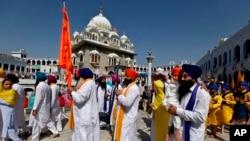 اپنے مذہبی مقامات کی زیارت کے لیے ہر سال ہزاروں سکھ یاتری بھارت اور دیگر ملکوں سے پاکستان آتے ہیں۔ (فائل فوٹو)