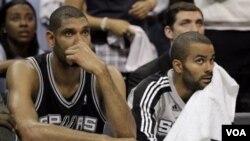 Center San Antonio Spurs Tim Duncan, kiri, dan guard Tony Parker melihat menit-menit terakhir pertandingan keempat melawan Memphis Grizzlies pada putaran pertama playoff NBA hari Senin (25/4) di Memphis, Tennessee.