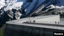 Самая высокогорная в мире дамба Гранд Диксенс в Швейцарии состоит из 6 миллионов кубических метров бетона и весит 15 миллионов тонн