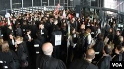 Para hakim dan jaksa Perancis melakukan protes dengan mengenakan baju hitam di kota Nantes, Perancis barat, Kamis (10/2).