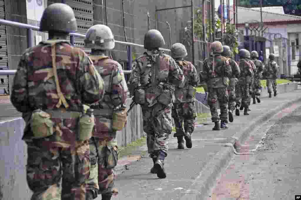 Liberijski vojnici patroliraju ulicama kako bi sprečili paniku građana zabrinutih zbog epidemije smrtonosne ebole u Monroviji, prestonici Liberije.