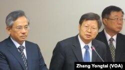 台灣衛生署疾病管制局長張峰義(中)在立法院接受質詢(美國之音張永泰拍攝)