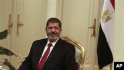 Presiden baru Mesir, Mohamed Morsi memerintahkan para anggota parlemen Mesir, yang sudah dibubarkan oleh militer, untuk mulai bersidang kembali.