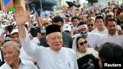 Mantan Perdana Menteri Malaysia Najib Razak dan istrinya Rosmah Mansor menghadiri pawai anti diskriminasi ras di Kuala Lumpur, Malaysia, 8 Desember 2018.