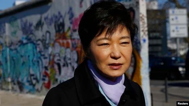 South Korean President Park Geun-hye  looks at the exhibition 'DMZ-Gruenes Band' during a visit to the East Side Gallery in Berlin, March 27, 2014.