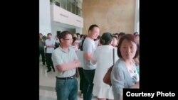 6月16日正值中国传统节日端午节小长假,大批教师到安徽宿松县政府大楼内请愿维权。