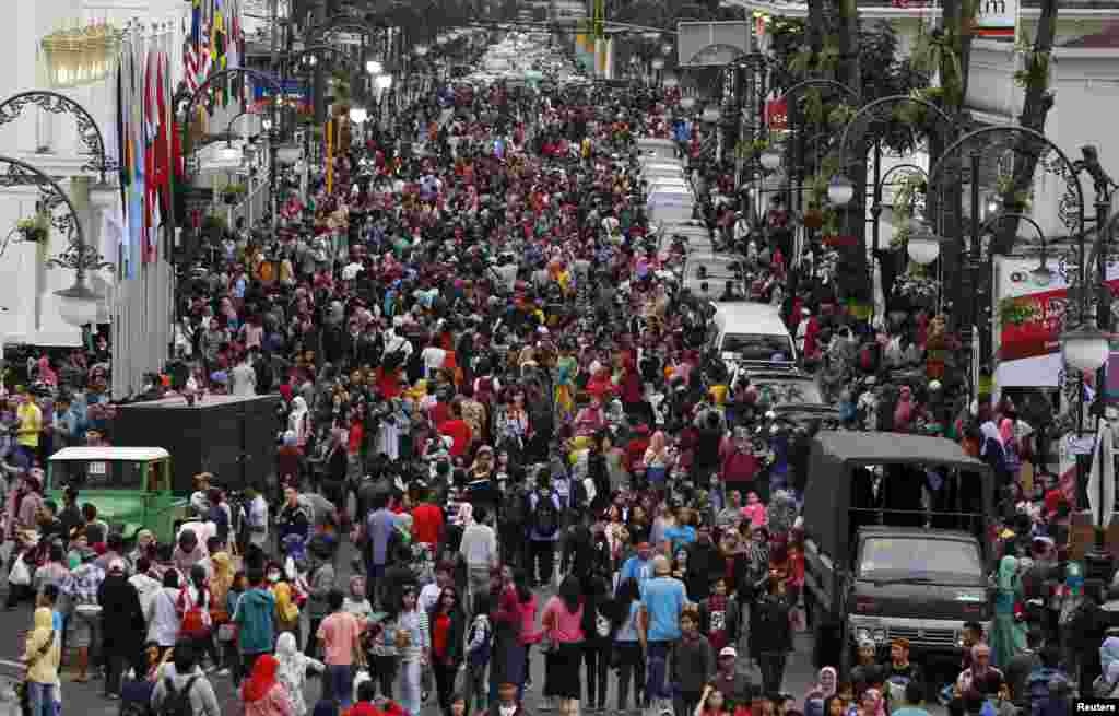People throng Merdeka street in Bandung, Indonesia, April 24, 2015.