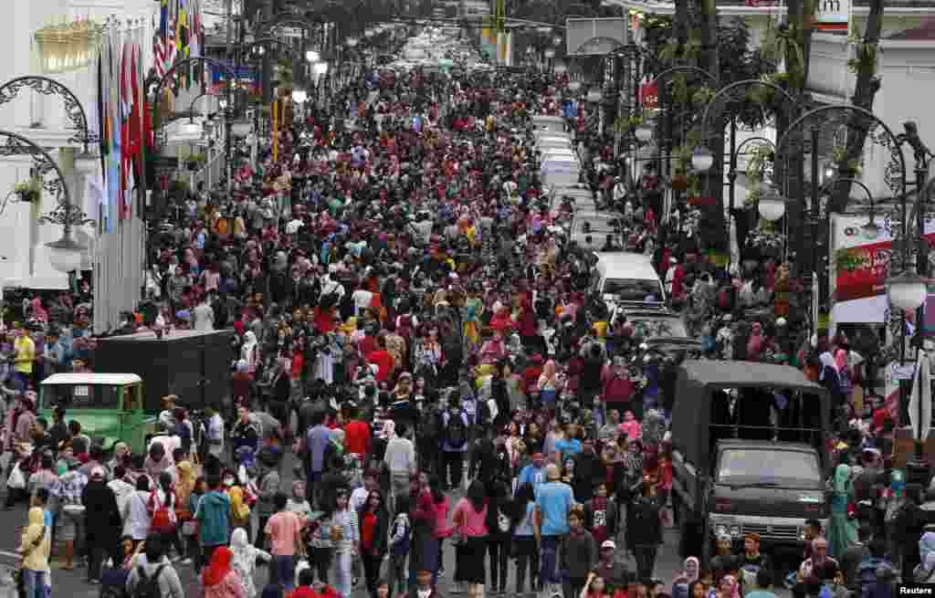 watu wakikusanyika kwenye barabara ya Merdeka mjini Bandung, Indonesia, April 24, 2015.