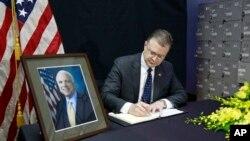 El embajador de EE.UU. en Vietnam, Daniel Kritenbrink, escribe un mensaje en el libro de condolencias por la muerte del senador estadoundiense John McCain, fallecido el sábado, 25 de agosto de 2018.