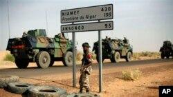 Motocin Yakin Faransa akan hanyarsu ta zuwa bakin iyakar Nijar kusa da garin Gao, a Mali. Fabrairu. 6, 2013