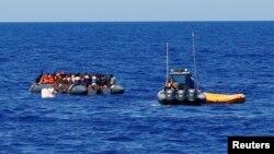 Des migrants secourus dans la mer Méditerranée, le 14 septembre 2017.