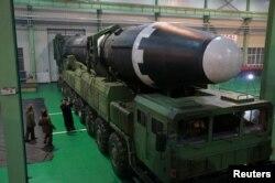 북한은 지난 11월 '화성-15형' 탄도미사일 시험발사 당시 김정은 국무위원장이 '3월16일 공장' 내부에서 이동형발사차량에 실린 탄도미사일을 직접 시찰하는 사진을 공개했다.