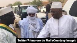 Le Premier ministre malien Soumeylou Boubeye Maiga salue l'autorité locale à Gao, 24 mars 2018. (Twitter/Primature du Mali)