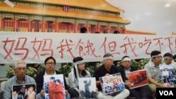 香港支聯會在中環港鐵站北京故宮壁畫前舉辦「八九民運全接觸」活動(美國之音湯惠芸攝)