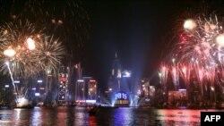 2015年1月1日八分钟烟花照亮香港维多利亚港天际线