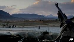 د اېسوسي اېټډ پرېس خبري ادارې ترمخه د افغان پولیس په قافله حمله د اتوار، یکشنبې، په ورځ د لاش او جوین ولسوالۍ سره نژدې وشوه