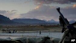 افغان چارواکي وايي طالبانو د خلکو له کورونو سنګرونه جوړ کړي