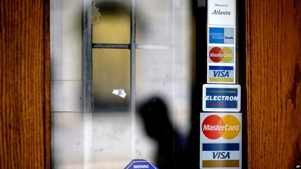 美國一家商店門上貼有的該店所收信用卡付款的圖樣。 (資料照片)
