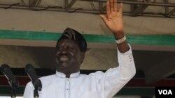 Le chef de l'opposition kényane Raila Odinga salue ses supporters lors d'un rassemblement à Nairobi, le 1er juin 2016. (L. Ruvaga/VOA)