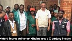 Le directeur général de l'OMS, Tedros Adhanom Ghebreyesus au milieu du personnel des agences des Nations unies chargées de la lutte contre Ebola à Beni, Nord-Kivu, RDC, 8 novembre 2018.