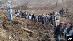 Tìm kiếm những người sống sót sau vụ đất lở chôn vùi một ngôi làng ở tỉnh Badakhshan, đông bắc Afghanistan, 2/5/2014.