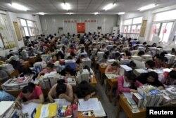 Học sinh ôn tập chuẩn bị cho kỳ thi Cao Khảo