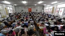 安徽合肥一所中学的学生在准备参加高考(资料照片)