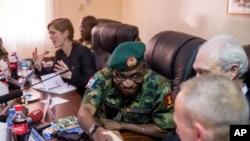 Le 20 avril, l'ambassadrice des Etats-Unis Samanthan Power était venus discuter avec Lamidi Adeosun à N'Djamena, au Tchad.