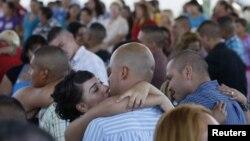 Narapidana yang baru saja dinikahkah mencium pasangannya di penjara Ciudad Juarez di Meksiko, Jumat (24/8).
