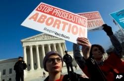 ARSIP – Aktivis pendukung hak-hak aborsi berunjuk rasa di luar gedung Mahkamah Agung AS, dalam pawai March for Life di Washington, 18 Januari 2019