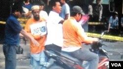 Gembong teroris, Umar Patek, dengan pengawalan ketat, melakukan rekonstruksi rencana Bom Bali-1 di Solo (22/10).