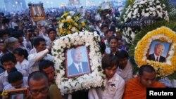 Ribuan warga memenuhi kompleks Istana Raja Kamboja di Phnom Penh menyambut kedatangan jenazah mantan Raja Norodom Sihanouk, Rabu (17/10).