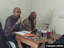Dalam jumpa pers di sebuah kafe di Jakarta, Jumat (15/2), Juru Bicara Kementerian Luar Negeri Arrmanatha Nasir (kiri) dan Direktur Jenderal Asia Pasifik Kementerian Luar Negeri Desra Percaya (kanan). (FOto: VOA/Fathiyah)