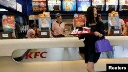 Une femme dans un restaurant KFC à Pékin, 9 mai 2013.