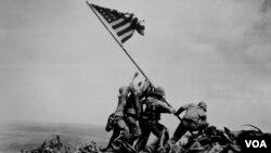 ABŞ əsgərləri Iwo Jimada qələbə bayrağını qaldırır