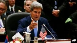 존 케리 미 국무장관이 9일 브루나이에서 열린 아세안 확대 정상회의에서 발언하고 있다.