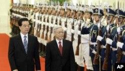 越共總書記阮富仲(右)與胡錦濤10月11日在北京人民大會堂前舉行的歡迎儀式上