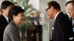 박근혜 한국 대통령이 11일 인도네시아 자카르타에서 양국 투자 포럼에 앞서 인도네시아 재계 인사들의 환영을 받고 있다.