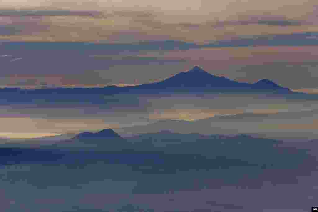 Pico de Orizaba, hay núi Citlaltepelt, nhô lên trên màn sương buổi sáng nhìn từ một máy bay của Hài quân Mexico trong một phi vụ theo dõi núi lửa ở Mexico, 23-7-2013.