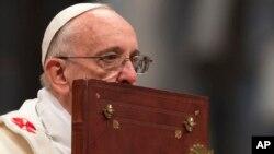 El papa besa la Biblia durante la misa del 1 de enero en la Basílica de San Pedro en el Vaticano.