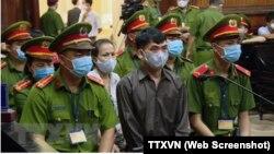 """Các bị cáo tại phiên xét xử Nhóm Hiến Pháp hôm 31/7 ở TP HCM. Đại sứ Anh tại Việt Nam, và trước đó là Chính phủ Mỹ, lên tiếng quan ngại về bản án tù lên tới 40 năm dành cho 8 thành viên của nhóm bị cáo buộc """"phá rối an ninh."""" (Ảnh chụp màn hình TTXVN)"""