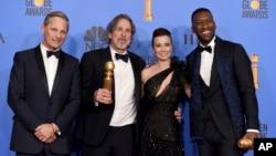 "Ekipa filma ""Zelena knjiga"" na čelu sa rediteljem Petereom Farrellyjem (drugi s lijeva) na dodjeli Zlatnih globusa"