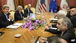 Ngoại trưởng Mỹ John Kerry chờ đợi để bắt đầu một cuộc họp với các quan chức Iran tại Lausanne, Thụy Sĩ.