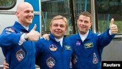 28일 국제우주정거장으로 향하는 우주선 탑승을 앞두고 호텔을 나서는 우주비행사들. 왼쪽부터 독일의 알렉산터 거스트, 러시아의 맥스 수라예프, 미국의 레이드 와이즈먼.